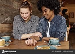 femme de chambre lesbienne lesbiennes parler à sa copine photographie avemario 146350573