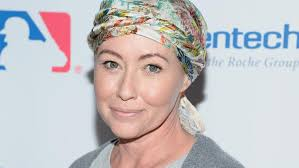 chemo haircuts shannen doherty gets a sexy parisian haircut as she grows out