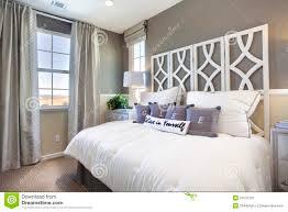 chambre blanc et taupe chambre à coucher de maison modèle taupe et blanc image stock