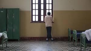 chambre d isolement en psychiatrie malades mentaux attachés ou isolés un rapport pointe des abus