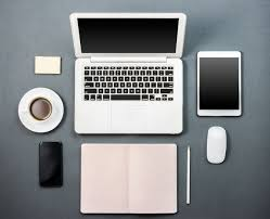 ordinateur portable ou de bureau bureau avec un ordinateur portable le café et la tablette