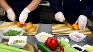travailler en cuisine chef professionnel cuisine travailler préparer repas dans cuisine