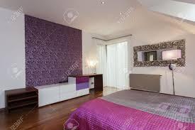 chambre avec papier peint violet chambre avec papier peint à motifs sur un mur banque d images