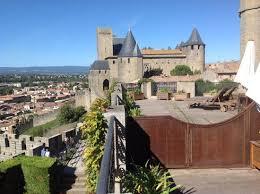 chambre carcassonne vue de la chambre avec terrasse très agréable au château