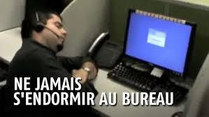 blagues de bureau ses collègues le piègent durant sa sieste au bureau