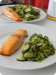 cuisiner pavé de saumon au four pavé de saumon et courgettes poêlées les recettes gourmandes