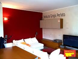 pittura soffitto velatura grigio perla con parete rossa per un salone a carate