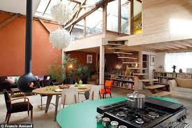 escalier entre cuisine et salon un escalier dans le salon c t maison entre cuisine et newsindo co