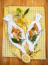 papier parchemin cuisine filets de morue aux légumes avant la cuisson en papier parchemin