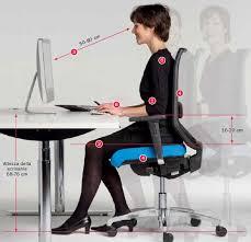 postura corretta scrivania sedere correttamente alla postazione di lavoro in ufficio riganelli