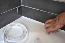 joint étanchéité plan de travail cuisine fini les joints de silicone une bande adhésive les remplace le