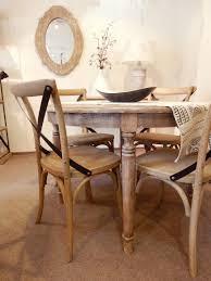 salle a manger shabby chic mesa redonda imperio con cuatro patas combinada con sillas thonet