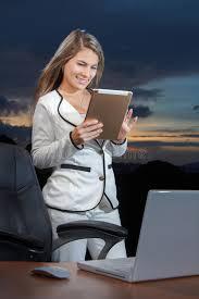 femme nue au bureau femme de sourire d affaires à l aide du comprimé numérique sur le