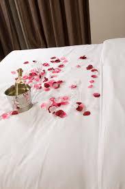 fleurs dans une chambre chambre d hôtel avec le grand lit et les fleurs rouges image stock