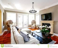 salon du luxe salon de luxe lumineux avec la cheminée et la tv photo stock