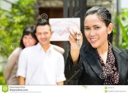 Immobilien Suchen Asiatische Paare Die Nach Immobilien Suchen Lizenzfreie