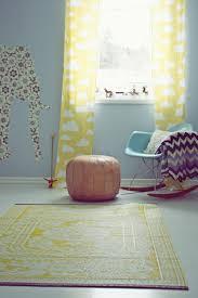 rideaux pour chambre bébé idées en 50 photos pour choisir les rideaux enfants tapis jaune