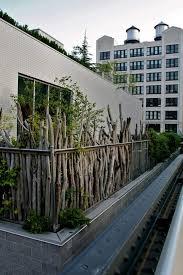 pflanzen als sichtschutz fã r balkon sichtschutz ideen holz zweige pflanzen rustikal aussehen balkon