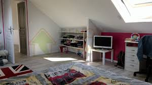 chambre enfant comble une salle de jeux aménagée sous les combles de cette maison