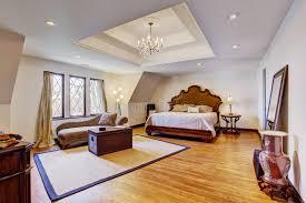 le plafond chambre chambre à coucher de luxe lumineuse avec le plafond de conception