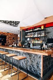 barra de bar taburete geometría botellas restaurante japonés