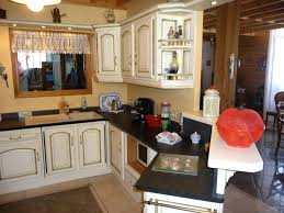 cuisine repeinte en noir cuisine rustique repeinte renover une cuisine rustique en moderne