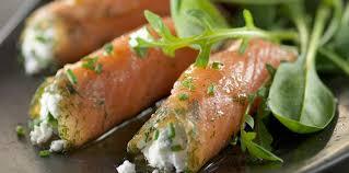 cuisiner le saumon fumé rouleaux de saumon fumé sur salade facile recette sur cuisine