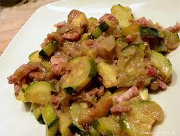 cuisiner des courgettes à la poele poêlée de courgettes aux lardons et oignons caramélisés les