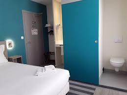 m chambre chambre m de taille moyenne est accessible par escalier ou