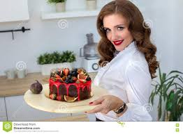 qui fait la cuisine la femme a fait le gâteau dans la cuisine photo stock
