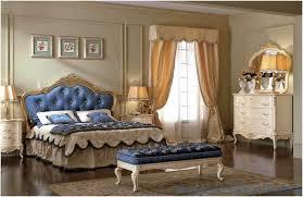 chambre à coucher style baroque chambre style baroque lambris mural beige lit capitonné tissu bleu