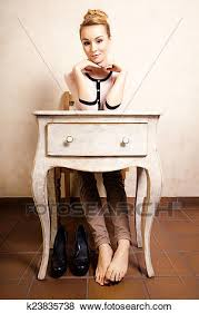 femme nue au bureau images vendange style pieds nue séance à retro bureau