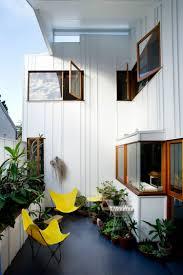 kleine balkone kleine balkone gestalten balkonmöbel für kleinen balkon gelbe