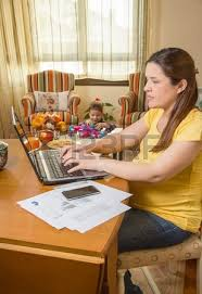 femme nue au bureau père travaillant dur dans le bureau de la maison avec le cahier et