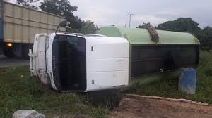 Minyak Cpo mobil pembawa minyak cpo sawit terbalik pos belitung