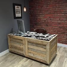 bureau palette bois bureau bois de palettes récupérées avec des roulettes