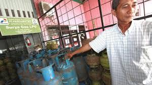 Minyak Tanah Per Liter elpiji 3 kg langka pedagang minyak tanah kebanjiran pembeli