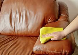 nettoyer canapé cuir noir nettoyer un canapé en cuir astuce