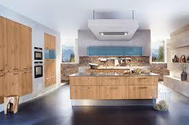 moderne kuche bodenfliesen farben edelstahl altholzkuche holzboden