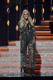 carrie underwood changes her 10 times at the cma awards as