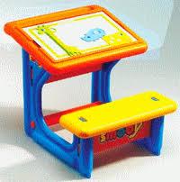 bureau petit ecolier smoby le petit ecolier un bureau avec plateau réversible toute l enfance