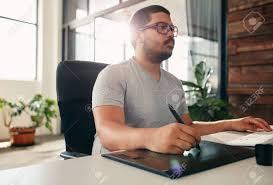 sexe au bureau portrait de éditeur de photos de sexe masculin au travail dans