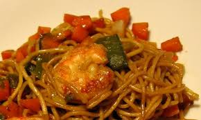 cuisiner des pates chinoises recette du sauté de crevettes et pâtes chinoises au macis