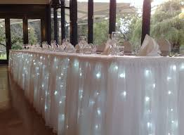 Mesa adornada con luces ideal para cualquier tipo de evento