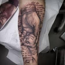 tatuaje de antebrazo en proceso falta matizar grises y el blanco