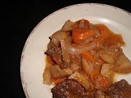cuisiner du paleron de boeuf paleron aux pommes de terre et aux carottes à la sauce au vin