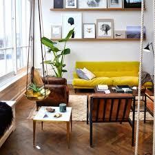 canapé jaune moutarde idée d intérieur cosy avec parquet et canapé jaune moutarde pour