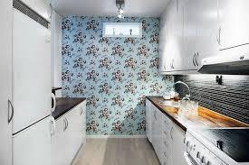 papier peint cuisine une cuisine blanche au papier peint bleu à fleurs roses l histoire