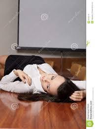 sur le bureau femme d affaires se trouvant sur le bureau photo stock image