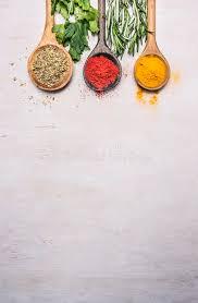 origan cuisine les épices colorées dans une cuillère en bois avec des herbes